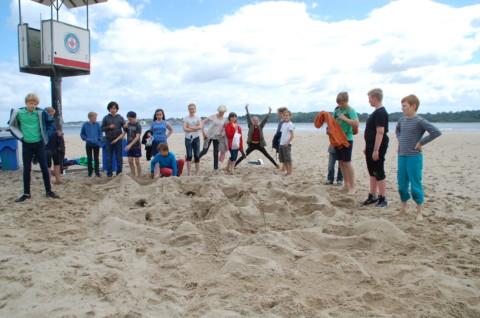Probennahme der 6a der Lernwerft am 6.7. am Falckensteiner Strand in Kiel